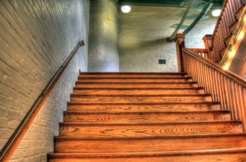Schody drewniane – praktyczne, a zarazem dekoracyjne rozwiązanie